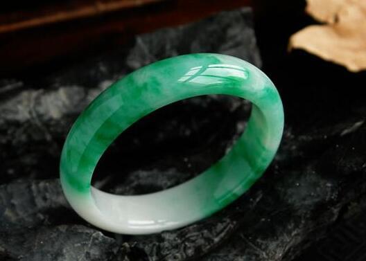 难道翡翠手镯真的会越戴越绿吗?